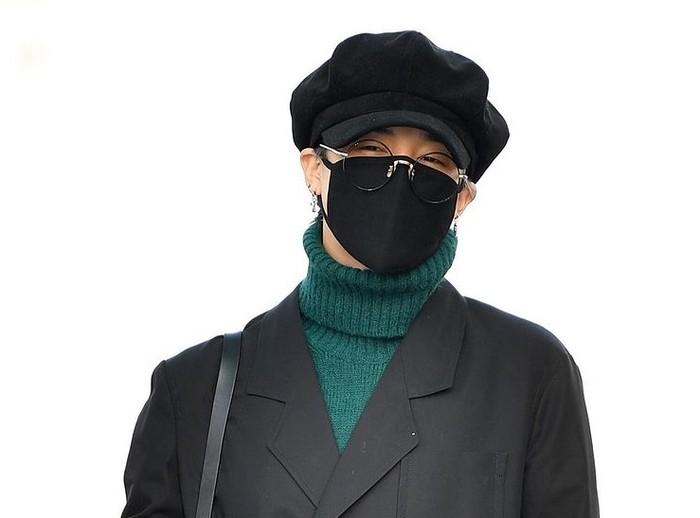 Kalau yang ini, style Jimin ketika di bandara. Walaupun ditutupi masker, topi, dan kacamata, aura idol Jimin tetap bersinar. ARMY, ada yang ingat Jimin mau kemana? / foto: instagram.com/koreadispatch