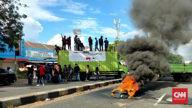 Sejumlah mahasiswa di Makassar menggelar aksi menuntut pemerintah membuka perkuliahan tatap muka di masa pandemi.