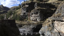 Kisah Jembatan Tenun yang Mengakurkan Dua Desa di Peru