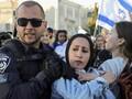FOTO: Polisi Israel Seret Wanita Palestina dari Pawai Yahudi