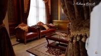 <p>Ruang tamu rumah Monica didominasi dengan warna gold, cokelat, merah marun, Bunda. Meski megah dan klasik, nyatanya ruang tamu ini jarang digunakan karena hanya untuk tamu yang tidak terlalu dekat dengannya. (Foto: YouTube Melaney Ricardo)</p>
