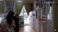 <p>Monica juga menyiapkan kamar tersendiri untuk bayi-bayi yang ia adopsi, Bunda. Lemari-lemari pun diberi nama sesuai dengan pemiliknya, nih. (Foto: YouTube Melaney Ricardo)</p>