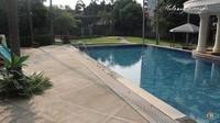 <p>Rumah megah rasanya kurang lengkap jika tidak ada kolam renangnya, ya. Monica melengkapi rumahnya dengan kolam renang yang sejajar dengan halaman tempat anak-anaknya sarapan sambil berjemur, Bunda. (Foto: YouTube Melaney Ricardo)</p>
