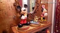 <p>Ternyata Monica adalah seorang penggemar karakter Mickey Mouse, Bunda. Ia bahkan menyiapkan satu ruangan khusus untuk aksesoris dan mainan dari tokoh Disney itu. (Foto: YouTube Melaney Ricardo)</p>