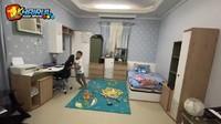 <p>Kamar tidur Farid didominasi dengan warna biru muda dan putih yang dilengkapi dengan meja belajar. Ia mengaku sekolah dengan menggunakan Bahasa Inggris, Bahasa Arab, dan Bahasa Prancis, karena memang sekolah di International School. (Foto: YouTube Khairul azam alfarizi)</p>