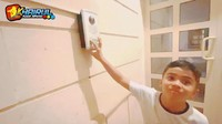<p>Farid juga mendapatkan sebuah rumah mewah sebagai warisan dari almarhum ayahnya. Sebelum masuk ke rumah, Farid harus menekan sebuah tombol agar pintu bisa dibuka dari dalam. (Foto: YouTube Khairul azam alfarizi)</p>