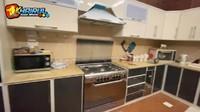 <p>Pada bagian dapur, ruangan di dominasi dengan warna yang lebih gelap yakni cokelat tua dan krem. Untuk desain sendiri, dapur Faridternyata mengikuti ciri khas selera masyarakat Arab lho. Keren ya! (Foto: YouTube Khairul azam alfarizi)</p>