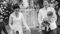 <p>Kebahagiaan Titi dan suami sangat tergambar saat mengikuti acara adat ini, Bunda. Senyuman tampak merekah di wajah keduanya. (Foto: Instagram: @titiradjopadmaja)</p>