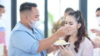 <p>Tak lupa Momo memotong kue ulang tahunnya yang cantik, Bunda. Suapan mesra dari sang suami jadi sorotan, nih. Romantis banget, ya! (Foto: instagram: @therealmomogeisha)</p>