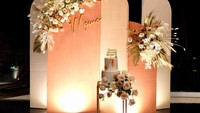 <p>Acara perayaan ulang tahun ini masih dilanjutkan di malam harinya, Bunda. Sebuah kue cantik dua tingkat terpampang dengan background pastel bertuliskan 'Momo'. (Foto: instagram: @therealmomogeisha)</p>