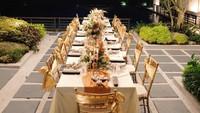 <p>Momo dan keluarga juga menyiapkan acara makan malam dengan tema rustic nih, Bunda. Dekorasinya dipenuhi dengan warna <em>gold</em> dan juga karangan bunga yang menawan. (Foto: instagram: @therealmomogeisha)</p>