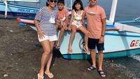 <p>Ben Joshua dan Elisabeth sesekali mengajak kedua anaknya pergi berlibur, Bunda. Mereka tak pernah absen mengabadikan potret ketika jalan-jalan.<br />(Foto: Instagram: @benjoshua_r)</p>