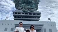 <p>Nah, kalau ini adalah foto ketika Ben Joshua plesir ke Pulau Dewata. Mereka berpose di depan patung Garuda Wisnu Kencana, Bali. (Foto: Instagram: @benjoshua_r)</p>