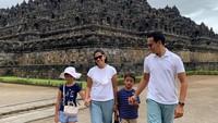 <p>Ini dia potret keluarga Ben Joshua dan Elisabeth ketika berkunjung ke Candi Borobudur. Mereka bahkan tampil kompak memakai outfit yang senada. (Foto: Instagram: @benjoshua_r)</p>