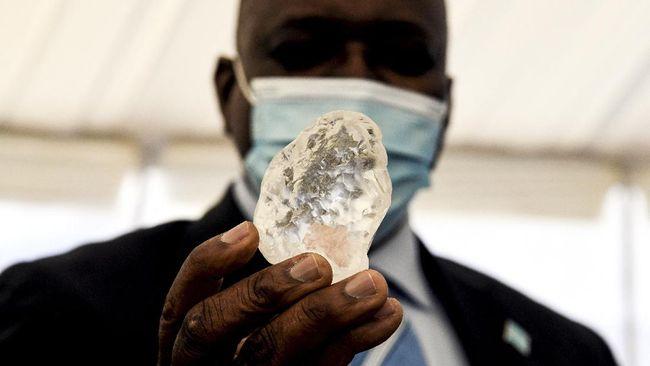 Sebagian orang mempertanyakan apakah berlian mudah hancur karena terbakar atau justru sebaliknya percaya batu mineral itu anti-api.
