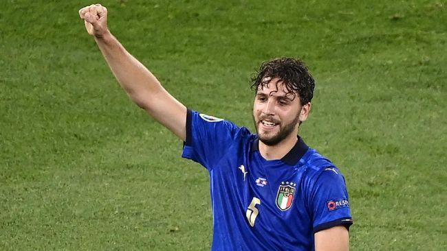 Pemain terbaik Italia saat mengalahkan Swiss di Euro 2020 (Euro 2021), Manuel Locatelli, ikut-ikutan menggeser botol Coca-cola seperti Cristiano Ronaldo.