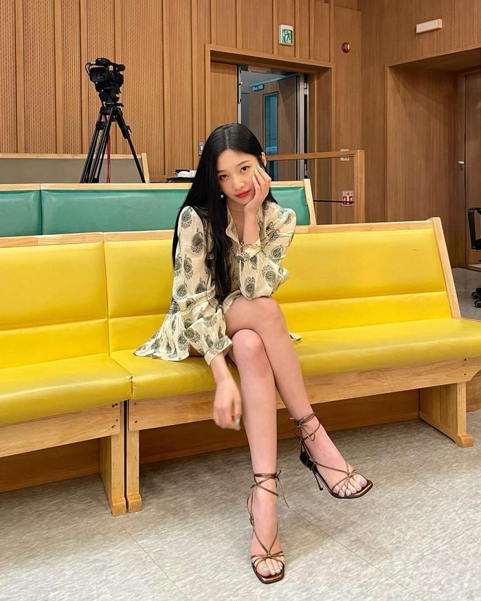 Lihatlah penampilan Joy yang anggun dengan mini dress bohemiannya. Walaupun tampil sederhana, ia tetap cantik seperti Joy biasanya. Memang aura Joy ini cukup berbeda, yha! (foto: instagram.com/@_imyour_joy)