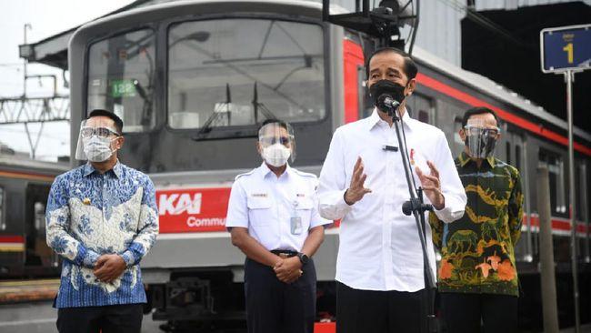 Dua orang menerobos pengamanan Paspampres untuk bisa berfoto bersama Jokowi sehingga diamankan. Namun keduanya tidak ditahan dan hanya dimintai keterangan.