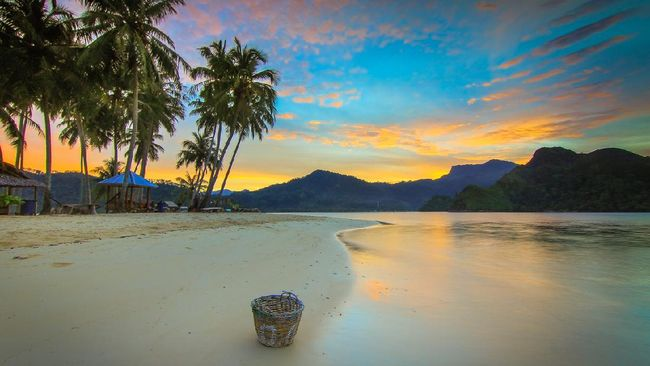 Bukan karena hotel mewah atau beach club kekinian. Pulau Pasumpahan kian ramai didatangi wisatawan karena keindahan alamnya yang masih lestari.