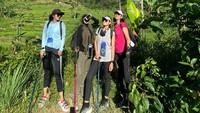 <p>Meski melakukan olahraga berat, ternyata Sarita dan teman-teman tampak sangat menikmati nih, Bunda. Semoga selalu diberikan kesehatan ya... (Foto: Instagram: @queen_saritaabdulmukti)</p>