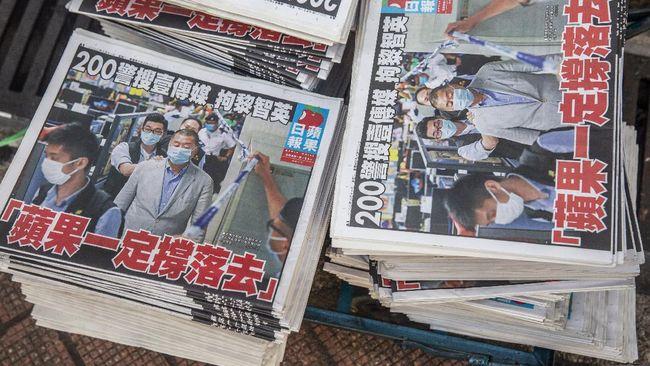Lima eksekutif surat kabar Apple Daily, termasuk Pemred, dan aset senilai sekitar Rp33,3 miliar grup media itu dibekukan pascapenyerbuan polisi Hong Kong.