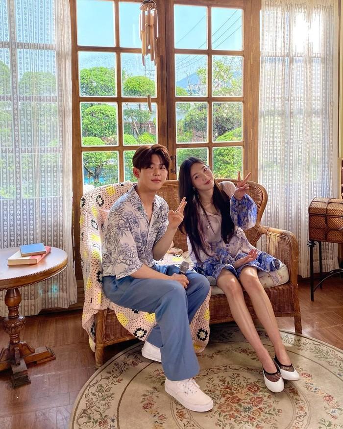 Tak hanya sendiri, Joy juga menggaet solois Paul Kim untuk berduet dengannya. Joy memilih Paul Kim sebagai rekan bernyanyinya untuk lagu If Only. Bukankah keduanya tampak sangat manis? (foto: instagram.com/@_imyour_joy)