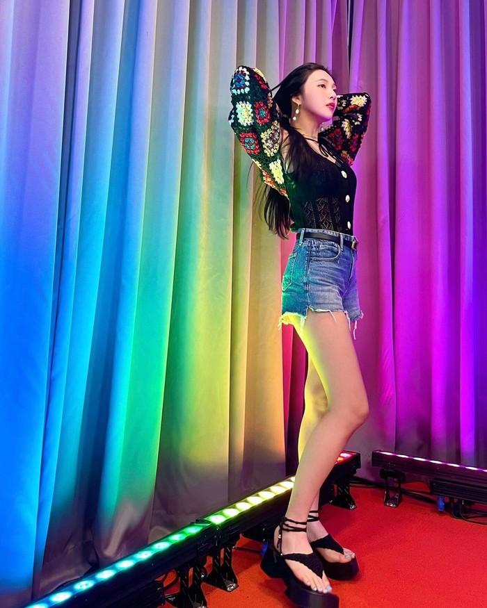 Tampil sebagai bintang tamu, Joy tidak lupa untuk mengabadikan momen dirinya untuk dibagikan kepada para fans. Potret ini menunjukkan betapa jenjang dan indahnya kaki dari Joy Red Velvet ini. (foto: instagram.com/@_imyour_joy)