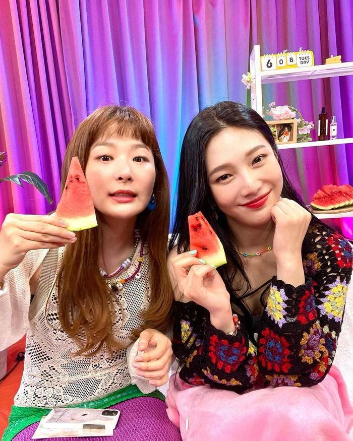 Untuk yang satu ini Joy berfoto bersama dengan main dancer Red Velvet, yakni Seulgi. Joy diundang ke acara show dari Seulgi yang bertajuk Seulgi Zip. Kedunya terlihat sangat bahagia bisa berkumpul bersama (foto: instagram.com/@_imyour_joy)