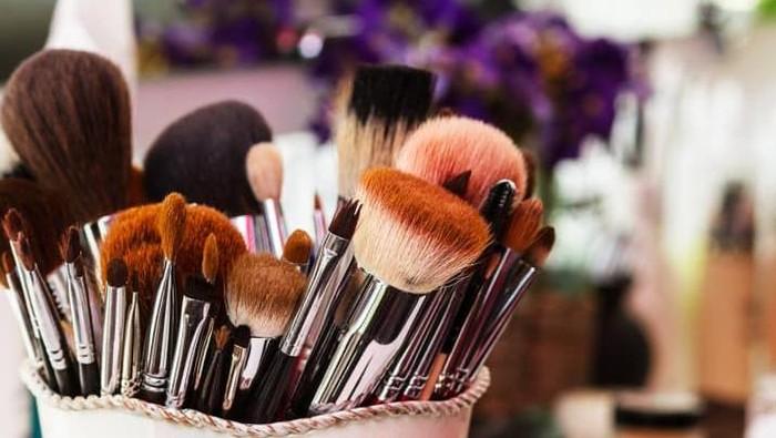 6 Bahan Pembersih Ampuh Angkat Kotoran Membandel Pada Alat Makeup