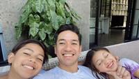 <p>Andrew White dikaruniai dua anak sejak menikah dengan Nana Mirdad. Aktor berdarah Australia itu kerap mengabadikan potret bersama anak-anak yang berparas rupawan seperti dirinya. Mereka adalah Jason dan Sarah. (Foto: Instagram: @andrew.white._)</p>