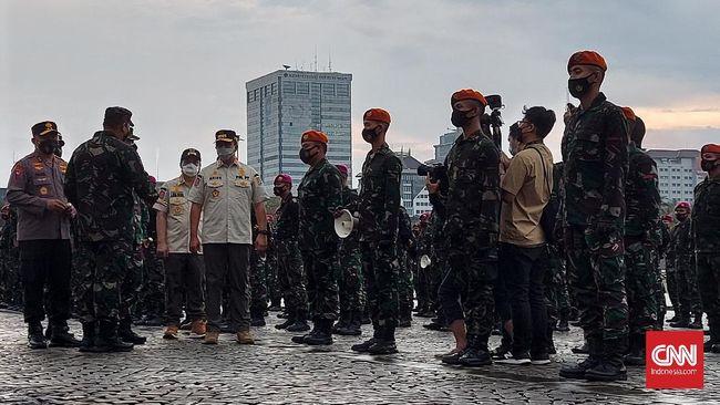 Gubernur DKI Anies Baswedan memimpin apel gabungan darurat penanganan pandemi Covid-19 DKI Jakarta di Monas, Jumat (18/6) sore.