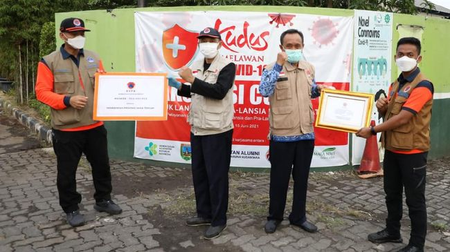 BNPB memberi bantuan ratusan ribu masker kepada Pemkab Kudus untuk mengatasi lonjakan kasus Covid-19.