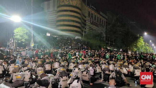 Ribuan Bonek memaksa masuk ke Stadion Gelora Sepuluh Nopember, Tambaksari Surabaya, pada Kamis (17/6) malam jelang peringatan ulang tahun Persebaya ke-94.