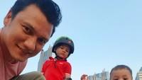<p>Christian Sugiono dikaruniai dua putra tampan bernama Arjuna Zayan Sugiono dan Kai Attar Sugiono sejak menikah dengan Titi Kamal. Ia sering mengajak kedua putranya bermain sepatu roda, Bunda. (Foto: Instagram: @csugiono)</p>