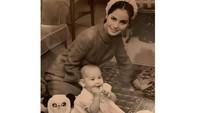<p>Sebelum menikah, Dewi Soekarno adalah seorang pelajar dan entertainer, Bunda. Ia pertama kali bertemu dengan Soekarno di usia 19 tahun saat sang presiden tengah dalam kunjungan kenegaraan di Jepang. (Foto: Instagram: @dewisukarnoofficial)</p>