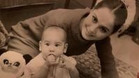 <p>Dewi melahirkan Kartika di Jepang pada tahun 1967, Bunda. Kini, putri mungilnya itu sudah tumbuh menjadi seorang wanita hebat setelah mendirikan sebuah yayasan yakni Kartika Soekarno Foundation. (Foto: Instagram: @dewisukarnoofficial)</p>