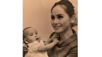 <p>Dewi Soekarno membesarkan putrinya di Paris, Bunda. Ia pun sempat hidup berpindah-pindah sebelum akhirnya menetap kembali di tanah kelahirannya, Jepang. (Foto: Instagram: @dewisukarnoofficial)</p>