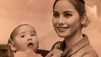 <p>Dari pernikahannya dengan Soekarno, Dewi dikaruniai seorang putri cantik, Bunda. Dewi dan Soekarno pun memberinya nama Kartika Sari Dewi Soekarno. (Foto: Instagram: @dewisukarnoofficial)</p>