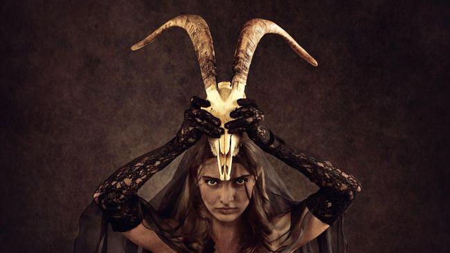 The Conjuring: The Devil Made Me Do It bukan hanya menampilkan kisah horor, tetapi juga latar cerita berdasarkan fenomena di tengah masyarakat: satanic panic.