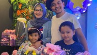 <p>Dari pernikahan itu, Indra Bekti dan Adilla Jelita dikaruniai dua putri cantik yang kini tumbuh besar. Mereka adalah Dafania Sahira, Anabell Eleanor, serta anak ketiga yaitu Kenward yang meninggal beberapa saat usai dilahirkan. (Foto: Instagram: @dhila_bekti)</p>