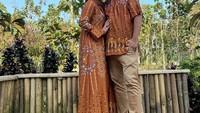 <p>Adilla Jelita dan Indra Bekti tak melewatkan momen Idul Fitri 2021. Mereka tampil kompak memakai busana Lebaran bernuansa kecokelatan. (Foto: Instagram: @dhila_bekti)</p>