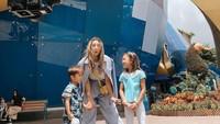 <p>Berstatus sebagai Bunda tiga anak tak membuat kecantikan Jennifer luntur. Ia tetap terlihat modis dengan fashion item kekinian ketika momong anak. (Foto: Instagram: @jenniferbachdim)</p>