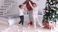 <p>Jennifer juga sempat merayakan Hari Natal bersama Kiyomi dan Kenji. Mereka tampil kompak memakai sweater rajut bertema Santa Claus. (Foto: Instagram: @jenniferbachdim)</p>