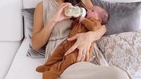 <p>Kecantikan Jennifer Bachdim kian terpancar usai dikaruniai anak ketiga. Ia melahirkan bayi laki-laki bernama Kiyoji Kaynen pada 1 Maret 2021. Ketika menyusui sang putra, ia terlihat elegan dalam balutan busana chic. (Foto: Instagram: @jenniferbachdim)</p>
