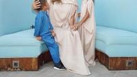 <p>Penampilan Jennifer tak kalah menarik ketika tampil mengenakan kaftan dress beserta kedua anaknya, Bunda. (Foto: Instagram: @jenniferbachdim)</p>