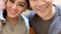 <p>Selama 9 tahun membangun rumah tangga, Jonathan Frizzy dan Dhena Devanka takpelit memamerkan kemesraan mereka. Keduanya sering mengunggah potret mesra ke Instagram. (Foto: Instagram: @dhenafrizzy)</p>