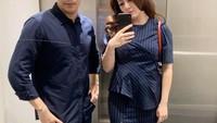 <p>Jonathan Frizzy dan Dhena Devanka juga sering tampil kompak mengenakan outfit yang senada. Penampilan mereka terlihat <em>matching</em> dengan busana serba navy ketika melakukan<em> mirror selfie.</em> (Foto: Instagram: @dhenafrizzy)</p>