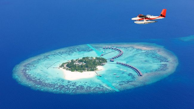 Dulu turis harus menceburkan diri saat turun kapal untuk sampai dermaga di Maldives (Maladewa). Kini, di sana bahkan ada restoran bawah laut.