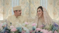 <p>Margin Wieeherm dan Ali Syakieb tak bisa menyembunyikan kebahagiaan mereka. Keduanya saling memberikan tatapan penuh cinta. (Foto: Instagram: @marginw)</p>