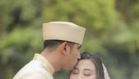 <p>Ali Syakieb juga tak ragu menunjukkan kasih sayang pada sang istri. Aktor berusia 34 tahun itu mencium kening Margin Wieeherm dengan lembut. (Foto: Instagram: @jokiphotography)</p>